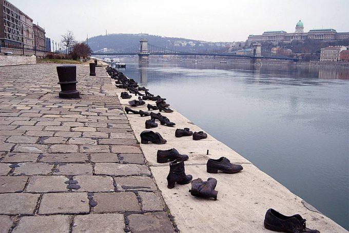 Ботинки на берегу Дуная